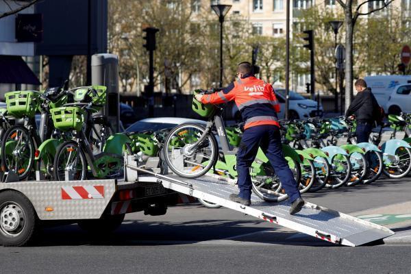 Un empleado de la empresa de bicicletas en libre acceso en París.