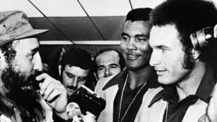 Le 1er août 1976, Fidel Castro accueille à La Havane les deux héros des J.O. de Montréal Téofilo Stevenson (C) et Alberto Juantorena (D).
