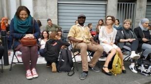 Des parents d'élèves du quartier du barrage de Saint Denis réunis le jeudi 23 mai devant le collège où prolifère le traffic de drogue.