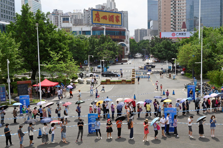 File d'attente à l'extérieur d'un site de vaccination, le 29 mai 2021, à Guangzhou, dans la province du Guangdong, où quelques foyers sporadiques sont réapparus.