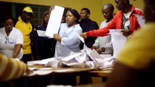 Les fonctionnaires électoraux et les observateurs commencent à compter les votes après la fermeture des bureaux de vote à Embo, près de Durban, Afrique du Sud, le 8 mai 2019.
