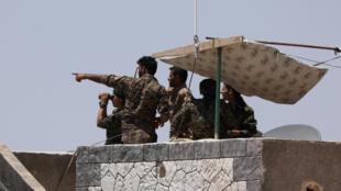 Des combattants des Forces démocratiques syriennes sur le toit d'un immeuble près de Raqqa, le 7 juin 2017.