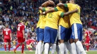 Seleção brasileira de futebol comemora seu terceiro gol durante a partida contra a Bielorússia, neste domingo, dia 29 de julho, em Manchester.