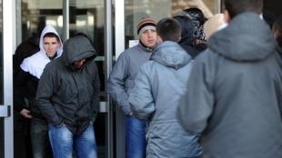 Des amis et des proches des accusés au moment de l'annonce du verdict énoncé par la Haute cour de Belgrade, le 25 janvier 2011.