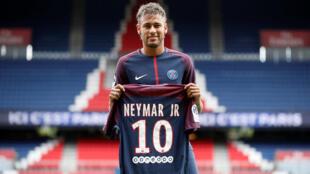 Neymar mostra a camisa 10 no dia de sua apresentação oficial pelo PSG, em 5 de agosto de 2017.