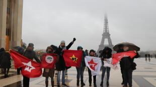 Manifestantes enfrentam forte chuva para protestar a favor do ex-presidente Luiz Inácio Lula da Silva em Paris.