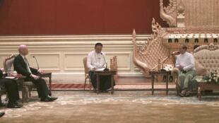 Министр иностранных дел Великобритании Уильям Хейг (слева) и президент Бирмы Теин Сеин (в центре) в бирманской столице Нейпьидо 5 января 2012 года