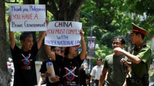 圖為越南民眾星期天在河內舉行抗議中國拒絕南海仲裁示威,警方干預。