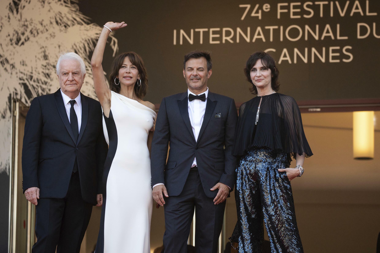 از سمت راست: ژرالدین پلاس، فرانسوا اوزون، سوفی مارسو و آندری دوسولیه در جشنواره کن ۲۰۲۱.
