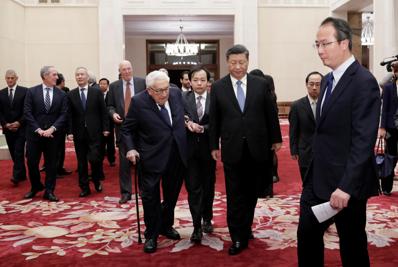 圖為中國國家主席習近平2019年11月22日在北京人民大會堂會見前美國國務卿基辛格等其他外國官員。