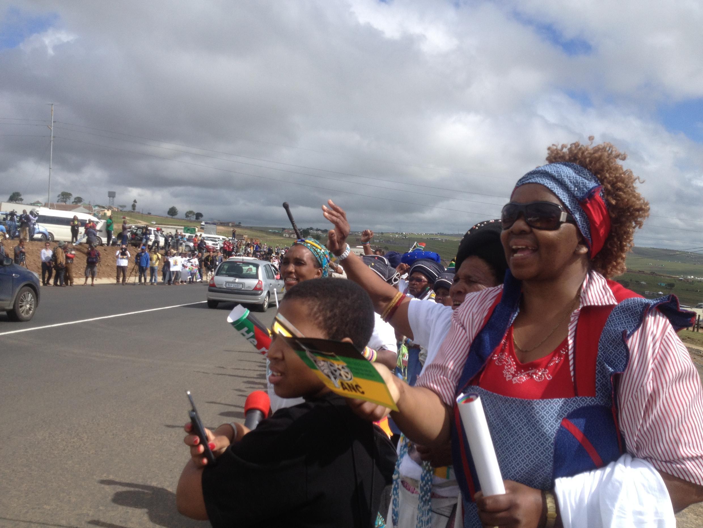 Centenas de pesoas esperam pela passagem do cortejo fúnebre de Mandela que segue para Qunu.