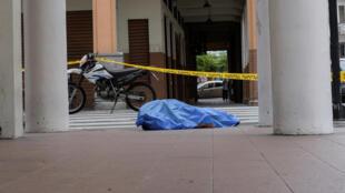 Cadáver de um homem na calçada, em Guayaquil, Equador. 30/03/2020.