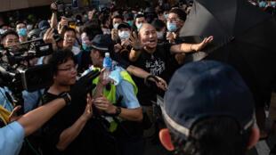 Des manifestants face à la police dans le quartier de Sheung Shui à Hong Kong le 13 juillet 2019. Des heurts ont eu lieu lors de cette manifestation avec la police.
