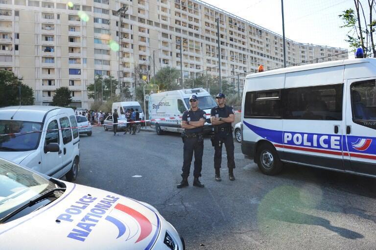 Полиция на улице Марселя обеспечивает кордон безопасности на месте совершения преступления, 2012 год.