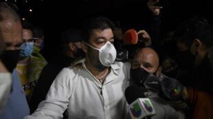 Roberto Marrero, asistente de Juan Guaidó, abandona la sede del Servicio Bolivariano de Inteligencia Nacional (SEBIN) en Caracas, el 31 de agosto de 2020.