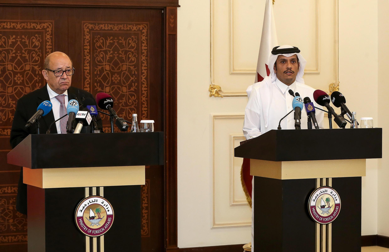 Jean-Yves Le Drian, ministro francês dos Negócios Estrangeiros  e o seu   homólogo qatari Mohammed bin Abdulrahman al-Thani em  Doha. 15 de Julho de 2017