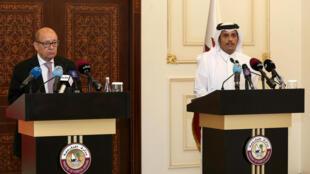 Jean-Yves Le Drian, ministro de Asuntos Exteriores de Francia y su  homólogo catarí Mohammed bin Abdulrahman al-Thani el sábado 15 julio en Doha.