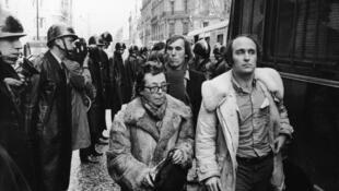 Marguerite Duras arrêtée par la police, lors d'une manifestation contre la Confédération nationale du patronat français à Paris, le 10 janvier 1970.
