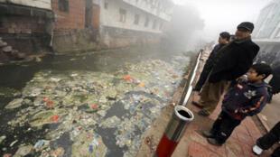 Rivière polluée dans la ville de Zhugao en Chine, dans la province du Sichuan, en février 2009.