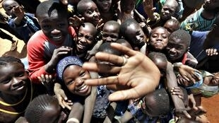 As tropas francesas e africanas têm sido recebidas com alívio pelos moradores da região como nesta imagem registrada em Konna, no dia 26 de janeiro de 2013.