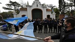 Des policiers manifestent en Argentine devant le palais présidentiel et réclament une augmentation des salaires.