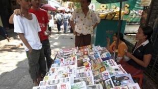 Một sạp báo tại Rangoon. Ảnh chụp ngày 03/02/2011. (Reuters)