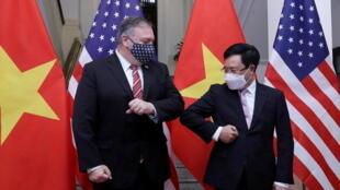 Ngoại  trưởng Mỹ Mike Pompeo và ngoại trưởng Việt Nam Phạm Bình Minh trước cuộc hội đàm tại Hà Nội, Việt Nam, ngày 30/10/2020.