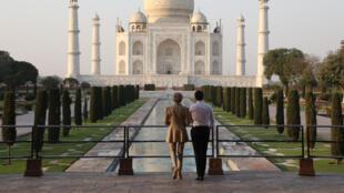 Le président français Emmanuel Macron (d) et son épouse Brigitte Macron posent pour une photo au Taj Mahal dans la ville indienne d'Agra le 11 mars 2018.