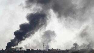 De la fumée s'élève de la ville de Tall Abyad, dans le nord-est de la Syrie, le 10 octobre 2019.