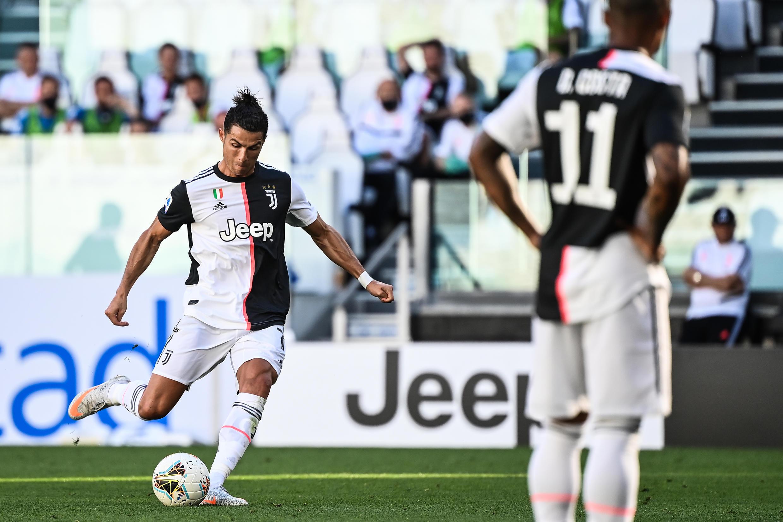 Cristiano Ronaldo (esquerda), avançado português da Juventus, apontou o seu 25° golo nesta época 2019/2020.