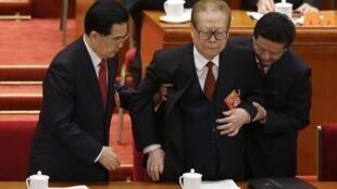 Президент Китая Ху Цзиньтао (Л) помогает усадить бывшего президента Цзян Цзэминя в президиуме съезда Национального конгресса компартии. Пекин 08/11/2012
