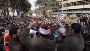 Vendredi 11  février au Caire : Manifestants devant les locaux de la télévision nationale égyptienne.