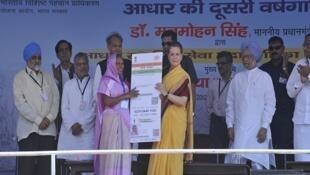 Une titulaire de la carte Aadhaar, avec Sonia Gandhi, à l'occasion du troisième anniversaire du lancement du projet en 2013.