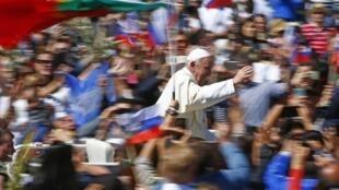 圖為羅馬天主教皇方濟各4月9日在梵蒂岡周日彌撒與信眾互動