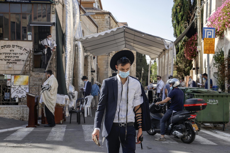 Prière dans la rue dans un quartier ultra-orthodoxe de Jérusalem, le 1er octobre 2020.