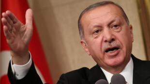 Presidente turco apela ao boicote de telemóveis da Apple, marca americana que ele já foi visto a utilizar.