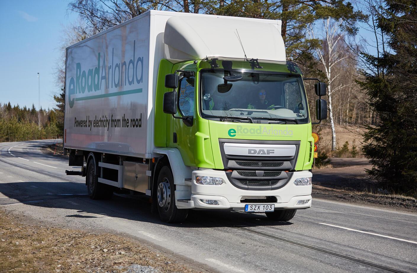 Avec un système de rail intégré dans la route, eRoadArlanda est le second sytème de route électrique testé en Suède