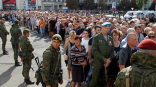 Жители Донецка, пришедшие проститься с главой самопровозглашенной ДНР Александром Захарченко, 2 сентября 2018.