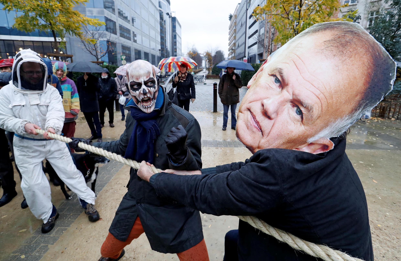 Glifosato: militantes do meio-ambiente protestam em Bruxelas contra a extensão da licença do glifosato.