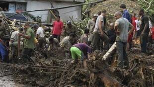 Equipes de resgate buscam vítimas das inundações em Teresópolis.