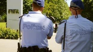 Polícia diante da seda da Fifa em Zurique.