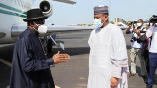 (illustration) Le médiateur de la Cédéao, l'ex-président nigérian Goodluck Jonathan accueilli par le Premier ministre malien Boubou Cissé lors d'une visite à Bamako, le 23 juillet 2020.