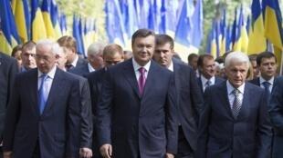 Виктор Янукович со впикером парламента Украины Владимиром Литвиным (П) и премьер-министром Николаем Азаровым на праздновании Дня Независимости в Киеве 24/08/2012