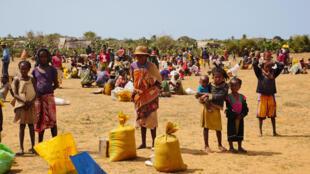 La population de Tsiombe, la plus durement touchée par l'insécurité alimentaire dans le Sud, attend l'aide alimentaire.