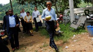 Tổng thống Mỹ Barack Obama đi dạo dọc dòng sông Mêkông tại Luang Prabang (Lào), ngày 07/09/2016.