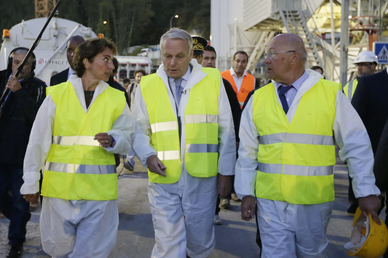 Премьер-министр Жан-Марк Эро (в центре), Велизи-Виллакубле (Velizy-Villacoublay,)