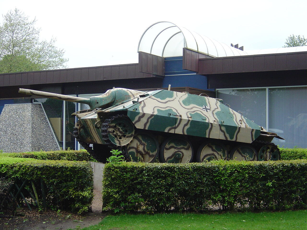"Танк возле музея ""Битвы за Нормандию"" в Байё"