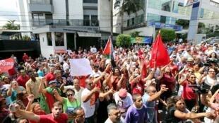 Biểu tình ủng hộ cựu tổng thống Lula, trước nhà riêng của ông tại Sao Bernardo do Campo, 05/03/2016.