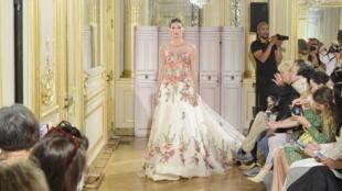 Traje de noche, falda amplia y flores bordadas. Azulant Akora, París Fashion Week, otoño-invierno 2018.