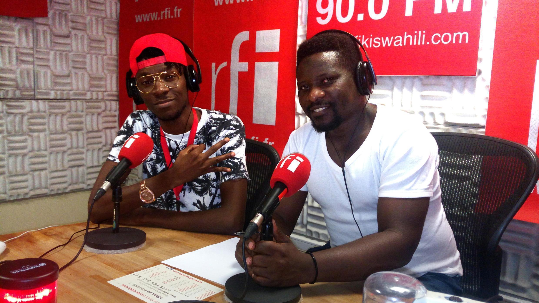Mwanamuziki Kebby Boy (Kushoto) na mtangazaji Billy Bilali (Kulia) ndani ya Studio za RFI Kiswahili jijini Dar Es Salaam